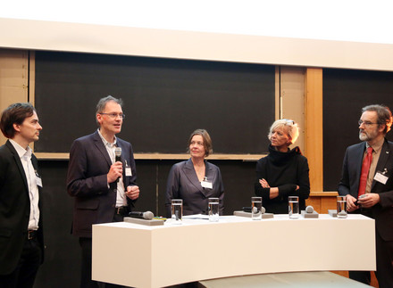 """3R - a chance for science?"". Panel discussion with Dr. med. Christoph Schmitt, Volkart Wildermuth (Moderator), Prof. dr. Ellen Fritsche, Prof. dr. Brigitte Vollmar and Prof. Dr. med. Stefan Treue (from left to right). Photo: Charité / Sabine Gudath"